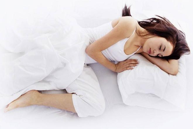 Schlafen Sie auf der Seite? Richtig so! Aber achten Sie auf folgende Tipps!