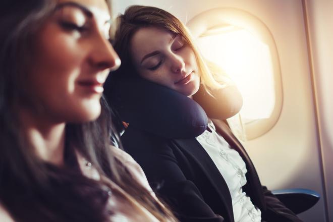 Im Flugzeug schlafen: 10 Tipps, wie man es richtig macht!