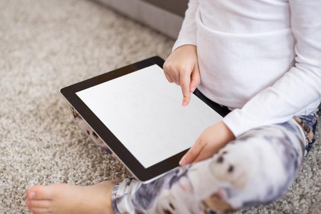 Vorsicht! Kinder, die Gebrauch von Touchscreens machen, schlafen schlecht