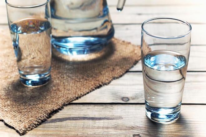 Wasser trinken vor dem Schlafengehen? Eine gesunde und schlaffördernde Gewohnheit